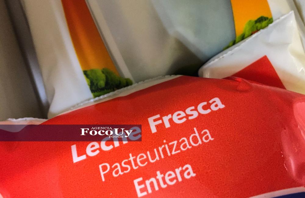 Montevideo, Uruguay. 7 de julio de 2017. <br /> Supermercado. Precios. Indice Precios al Consumo. Inflación. Comestibles, Bebidas. Leche, Controle <br /> <br /> Foto: Gast&oacute;n Britos / FocoUy