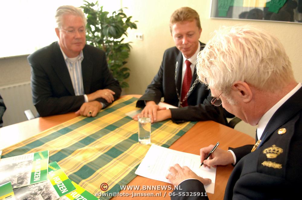 NLD/Laren/20060901 - Ondertekening veiligheidsconvenant amateurvoetbal SV Huizen, gemeente Huizen en de politie Gooi en Vechtstreek