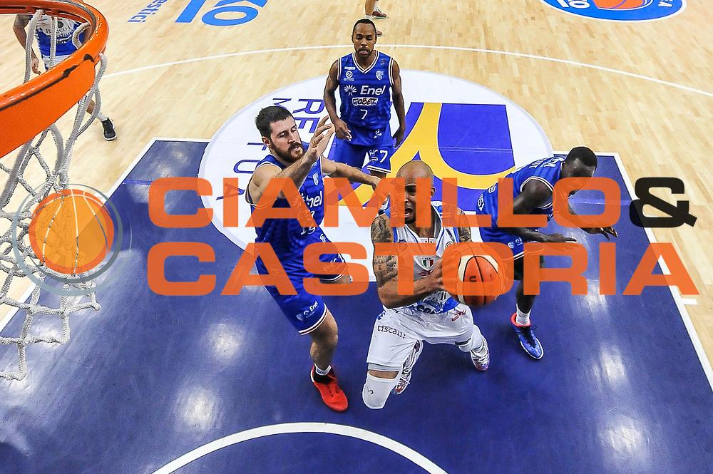 DESCRIZIONE : Beko Legabasket Serie A 2015- 2016 Dinamo Banco di Sardegna Sassari - Enel Brindisi<br /> GIOCATORE : David Logan<br /> CATEGORIA : Tiro Penetrazione Sottomano Special<br /> SQUADRA : Dinamo Banco di Sardegna Sassari<br /> EVENTO : Beko Legabasket Serie A 2015-2016<br /> GARA : Dinamo Banco di Sardegna Sassari - Enel Brindisi<br /> DATA : 18/10/2015<br /> SPORT : Pallacanestro <br /> AUTORE : Agenzia Ciamillo-Castoria/L.Canu