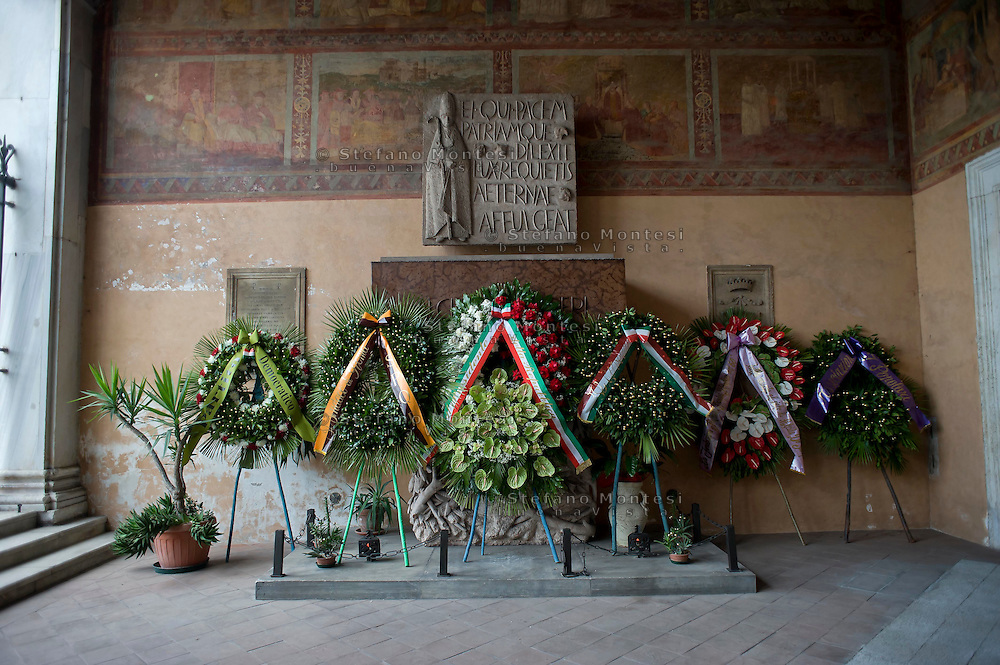 Roma 19 Agosto 2014.<br /> Commemorazione di Alcide De Gasperi a 60 anni dalla morte nella basilica di San Lorenzo fuori le mura dove si trova la tomba dello statista, nel portico della basilica. Le corone di fiori delle autorit&agrave;<br /> Rome, Italy. 19th August 2014 -- Commemoration of Alcide De Gasperi 60 years after his death in the Basilica of San Lorenzo outside the walls, where there is the tomb of the statesman, in the porch of the basilica. The chaplets of the  authorities