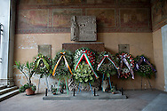 Roma 19 Agosto 2014.<br /> Commemorazione di Alcide De Gasperi a 60 anni dalla morte nella basilica di San Lorenzo fuori le mura dove si trova la tomba dello statista, nel portico della basilica. Le corone di fiori delle autorità<br /> Rome, Italy. 19th August 2014 -- Commemoration of Alcide De Gasperi 60 years after his death in the Basilica of San Lorenzo outside the walls, where there is the tomb of the statesman, in the porch of the basilica. The chaplets of the  authorities
