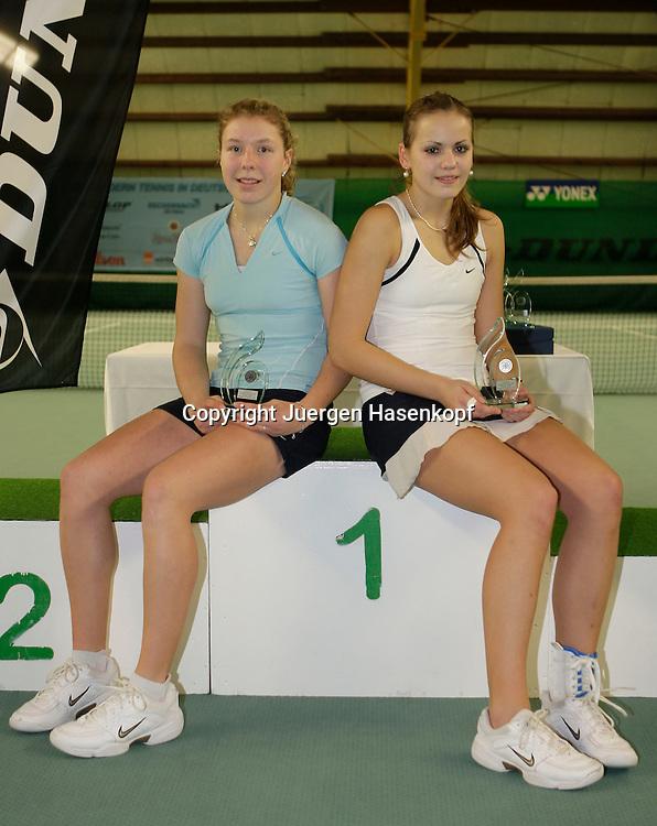 Deutsche  Jugend-Hallenmeisterschaft in Essen, Jugend Tennis Turnier,<br /> <br /> L-R. U16 Sieger Anna-Lena Friedsam und Stephanie Wagner  mit Pokal