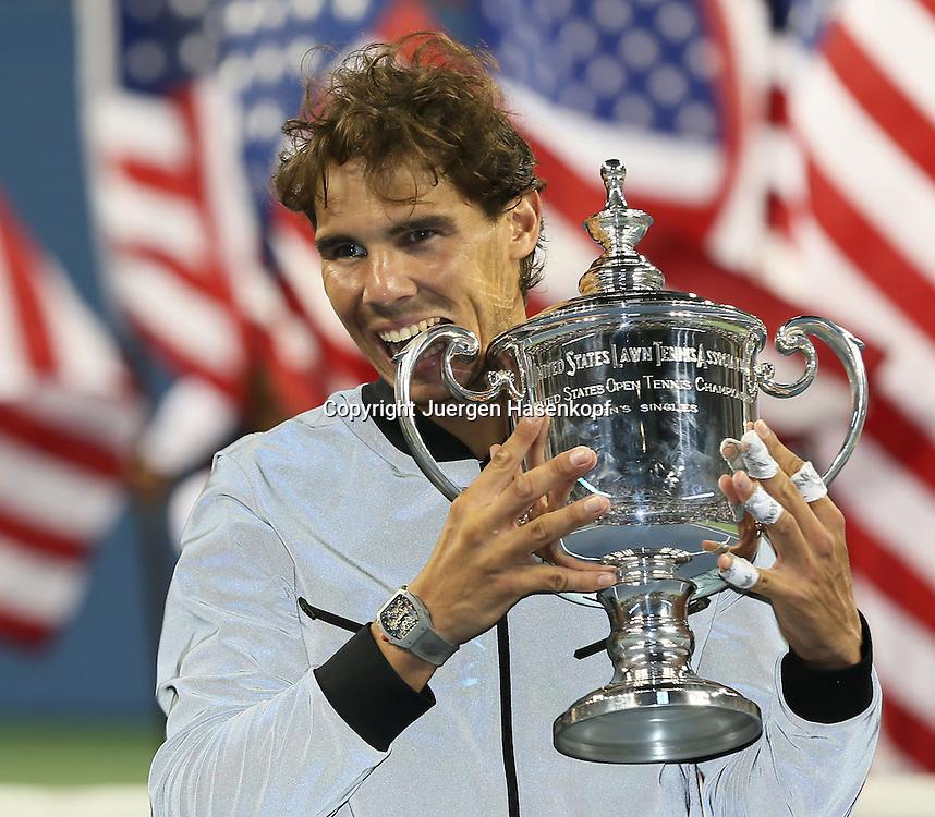 US Open 2013, USTA Billie Jean King National Tennis Center, Flushing Meadows, New York,<br /> ITF Grand Slam Tennis Tournament,Herren Endspiel,Finale,Siegerehrung,Praesentation, Rafael Nadal (ESP) nach seinem Sieg mit Pokal,Halbkoerper,Querformat