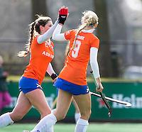 BLOEMENDAAL - Eline Florie (l) en Roos Broek vier een doelpunt van Bloemendaal tijdens de overgangsklasse competitiewedstrijd hockey tussen de vrouwen van Bloemendaal en Zwolle (2-0). COPYRIGHT KOEN SUYK