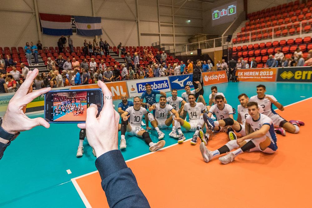 06-09-2018 NED: Netherlands - Argentina, Doetinchem<br /> First match of Gelderland Cup / Team Argentina, mobile, selfie