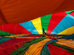05.02.2018, Zell am See - Kaprun, AUT, BalloonAlps, im Bild ein Ballonfahrer bereitet seinen Heissluftballon zum Start vor // a balloonist prepares his hot air balloon to take off during the International Balloonalps Alps Crossing Event, Zell am See Kaprun, Austria on 2018/02/05. EXPA Pictures © 2018, PhotoCredit: EXPA/ JFK