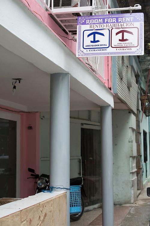 En attendant la fin de l'embargo, de nombreux Cubains essaient d'améliorer leur quotidien en ouvrant chez eux un petit commerce ou des chambres à louer aux touristes.