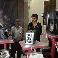 Toluca, México.- La diputada María Teresa Garza Martínez, realizo la inauguración de la exposición de Cámaras Antiguas organizada por la Asociación de Reporteros  Gráficos del Valle de Toluca, en el marco del Día del Fotógrafo, en la Cámara de Diputados local. Agencia MVT / José Hernández