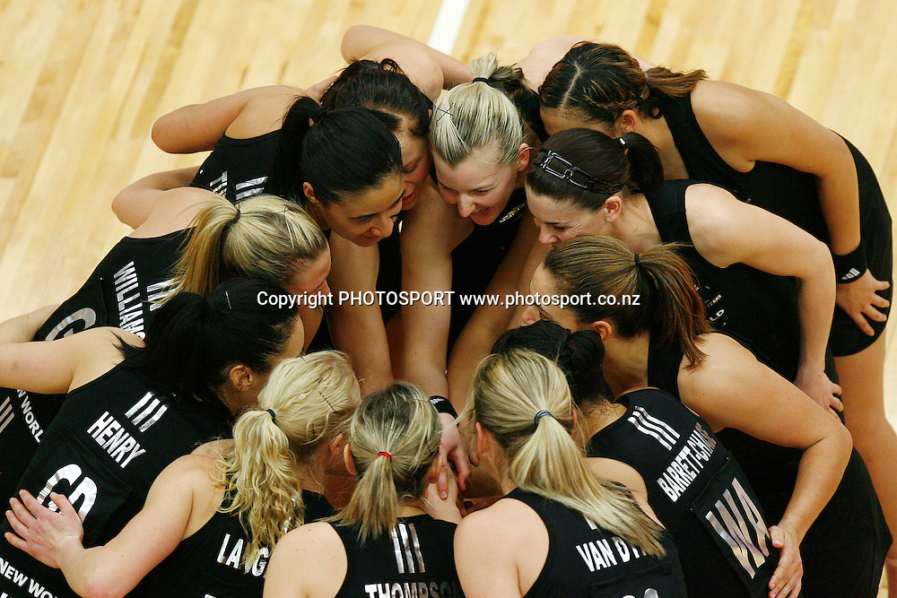The Silver Ferns gather for a team huddle. New World International Series, 2nd Test, New Zealand Silver Ferns v World 7. Energy Events Centre, Rotorua, New Zealand. Wednesday 26 August 2009. Photo: Anthony Au-Yeung/PHOTOSPORT