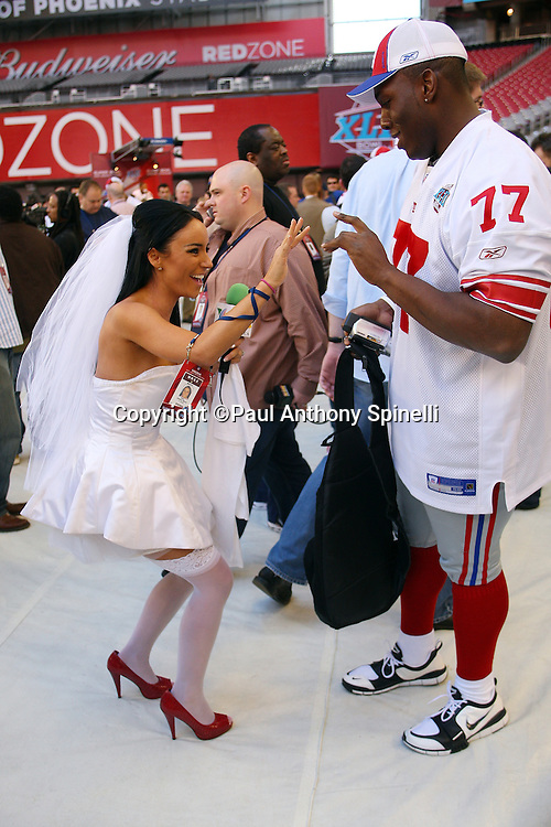 GLENDALE, AZ - JANUARY 29: Guard Kevin Boothe #77 of the New York Giants does a high five of sorts with TV Azteca television reporter Ines Gomez Mont, (who plans to marry on Super Bowl Sunday) at the Giants Super Bowl XLII Media Day at University of Phoenix Stadium on January 29, 2008 in Glendale, Arizona.©Paul Anthony Spinelli *** Local Caption *** Kevin Boothe,Ines Gomez Mont