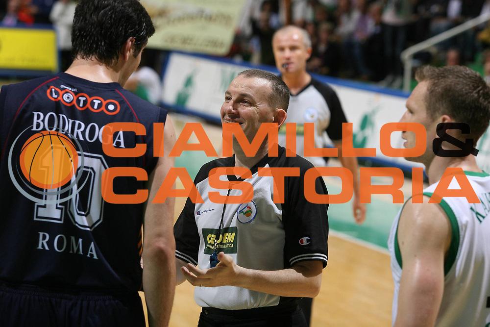 DESCRIZIONE : Associazione Italiana Arbitri Pallacanestro Playoff Semifinale Gara 1 Lega A1 2006-07 <br /> GIOCATORE : Dejan Bodiroga Fabio Facchini<br /> SQUADRA : AIAP Arbitro<br /> EVENTO : Campionato Lega A1 2006-2007 Playoff Semifinale Gara 1<br /> GARA : Montepaschi Siena Lottomatica Virtus Roma<br /> DATA : 30/05/2007 <br /> CATEGORIA : <br /> SPORT : Pallacanestro <br /> AUTORE : Agenzia Ciamillo-Castoria/G.Ciamillo<br /> Galleria : Aiap 2006-2007 <br /> Fotonotizia : Associazione Italiana Arbitri Pallacanestro Playoff Semifinale Gara 1 Campionato Italiano Lega A1 2006-2007 <br /> Predefinita :