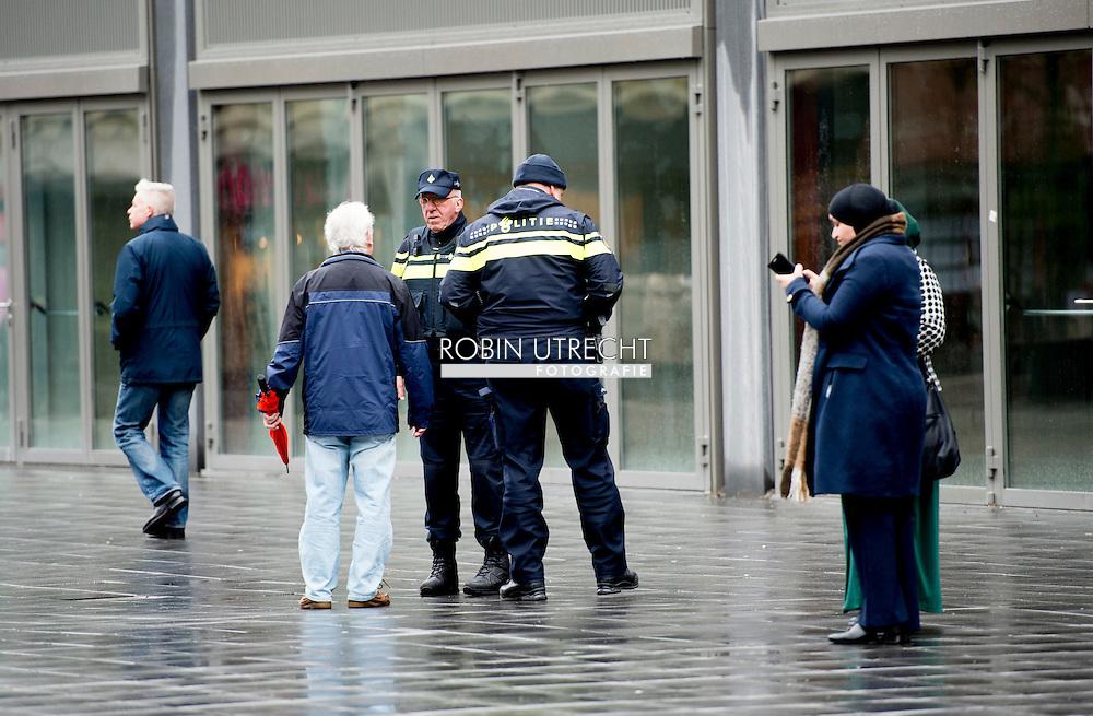 ROTTERDAM - Politie agenten surveilleren door het centrum van Rotterdam . COPYRIGHT ROBIN UTRECH