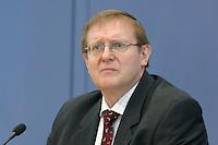 """19 OCT 2006, BERLIN/GERMANY:<br /> Dr. Roland Doehrn, RWI Essen, Pressekonferenz zur Veroeffentlichung des Gutachtens """"Die Lage der Weltwirtschaft und der deutschen Wirtschaft im Herbst 2006"""", Bundespressekonferenz<br /> IMAGE: 20061019-02-013<br /> KEYWORDS: Herbstgutachten, Wirtschaftsgutachten, Wirtschaftsweise, Wirtschaftsweisen, Dr. Roland Döhrn,"""