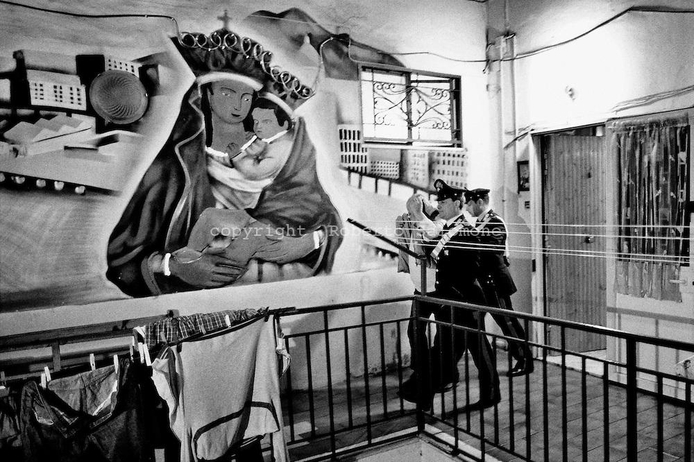 Torre Annunziata, Italia - 10 aprile 2010. L'arresto di Tommaso Calabrese. I Carabinieri hanno effettuato 11 arresti di soggetti legati ai clan della camorra Gionta e Gallo-Cavaliere durante un blitz a Torre Annunziata (Napoli). Il 'cartello' ha stipulato una pax mafiosa per meglio controllare la zona in cui sta avvenendo un investimento milionario da parte di imprenditori: il polo nautico.<br /> Ph. Roberto Salomone Ag. Controluce<br /> ITALY - The arrest of Tommaso Calabrese. Carabinieri forces arrested on April 10, 2010 during a blitz operation 11 people linked to camorra mafia organisation in Torre Annunziata.