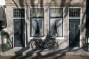 Fahrrad lehnt an Haus, Zierikzee, Provinz Seeland, Niederlande | bicycle leaning on house, Zierikzee, Zeeland, Netherlands