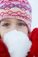 Noorwegen Robru Gol 24 december 2008 20081224 Foto: David Rozing .Wintertafereel, meisje toont sneeuwbal .Wintertime, little girl show snowball..Foto: David Rozing