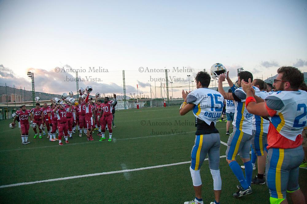 Il classico saluto, fondato sul sano fairplay, delle squadre al termine del match.