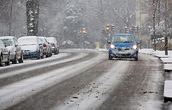 © Licensed to London News Pictures. 14/01/2013. London, United Kingdom ..Slow moving traffic due to heavy snowfall in Leicester...Photo credit : Chris Winter/LNP
