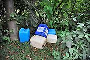 Nederland, Arnhem, 14-9-2012In een bosje in de wijk Malburgen zijn een paar lege vaten, jerrycans, van industrieel schoonmaakmiddel gedumpt.Foto: Flip Franssen/Hollandse Hoogte