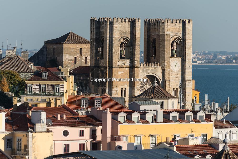 Portugal. Lisbon. elevated view on Alfama district and cathedral Da Se , view from above / le quartier l Alfama et la cathedrale Da Se, vu d'en haut