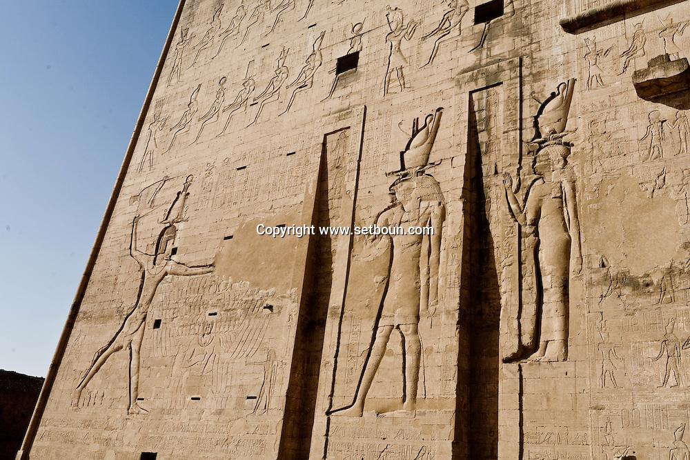 Egypt. Edfu - Horus temple in Edfu. Dedicated to Horus, the falcon headed god, it was built during the reigns of six Ptolemies  Edfou  Egypt    /  temple du dieu Horus a Edfou, construit sous Ptolemee III. Dynastie PtolemaIque   Edfou  Egypte   /  L0056007