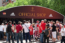 22.05.2010, Estadio Santiago Bernabeu, Madrid, ESP, UEFA Champions League Finale 2010, Bayern Muenchen vs Inter Mailand, Finale, im Bild fans queue up for official merchandise prior to the  Champions League final contested. EXPA Pictures © 2010, PhotoCredit: EXPA/ Mitchell Gunn