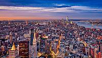 Die glitzernde Skyline von Manhattan bei Nacht ist das inoffizielle Wahrzeichen von New York.