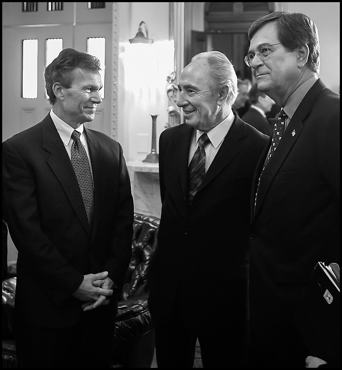 Senators Tom Daschle and Trent Lott meet Israeli Foreign Minister Shimon Peres on Captiol Hill.  10/22/01..©PF BENTLEY/PFPIX.com