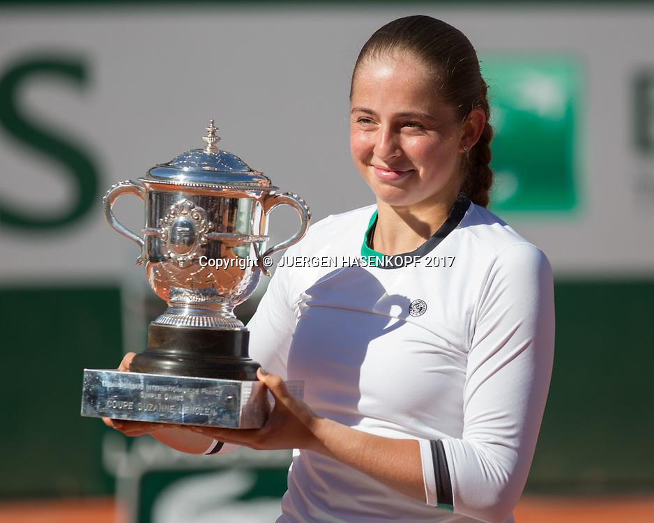 Siegerin JELENA OSTAPENKO (LAT) mit dem Pokal, Siegerehrung, Praesentation<br /> Tennis - French Open 2017 - Grand Slam / ATP / WTA / ITF -  Roland Garros - Paris -  - France  - 10 June 2017.