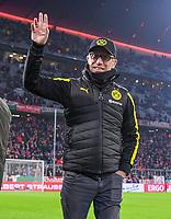 Fussball  DFB Pokal  Achtelfinale  2017/2018   FC Bayern Muenchen - Borussia Dortmund        20.12.2017 Trainer Peter Stoeger (Borussia Dortmund) winkend in der Allianz Arena