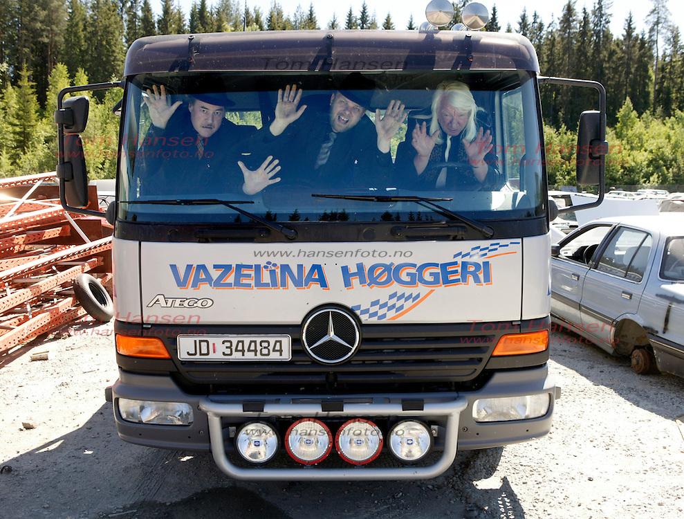 HUNNDALEN 20060614; Vazelina Niløpphøggers´nyeste medlem, Kjetil Fosseid, fikk opplæring i bilopphøgging av veteranene Eldar Vågan og overhøggermester Arnulf Paulsen på Vazelina Bilopphøggeri. FOTO: TOM HANSEN