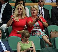 Wimbledon 2010,Sport, Tennis, ITF Grand Slam Tournament, Mezzosopranistin  Katherine Jenkins  als Zuschauer in der Loge, ..Foto: Juergen Hasenkopf..