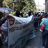 Toluca, México.- Maestros de San Juan Teotihuacán que mantienen una huelga de hambre en la Plaza de los Mártires, realizaron una manifestación frente a las instalaciones de la cámara de diputados en el momento en que se realizaba la sesión de la comisión permanente para pedir sean escuchadas y solucionadas sus peticiones. Agencia MVT / Arturo Rosales Chávez. (DIGITAL)