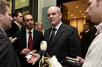 10 DEC 2003, BERLIN/GERMANY:<br /> Volker Kauder, CDU, 1. Parl. Geschaeftsfuehrer CDU/CSU BT-Fraktion, im Gespraech mit Journalisten, waehrend der Sitzung des Vermittlungsausschusses, Bundesrat<br /> IMAGE: 20031210-01-079<br /> KEYWORDS: Journalist, Gespräch