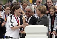Fotball<br /> Europacup kvinner 2005/2006<br /> Foto: imago/Digitalsport<br /> NORWAY ONLY<br /> <br /> 27.05.2006  <br /> <br /> Siegerehrung UEFA Pokal: Pia Wunderlich (FFC Frankfurt, li.) bekommt von Bundeskanzlerin Angela Merkel (Deutschland) den Pokal überreicht<br /> <br /> I midten Per Ravn Omdal