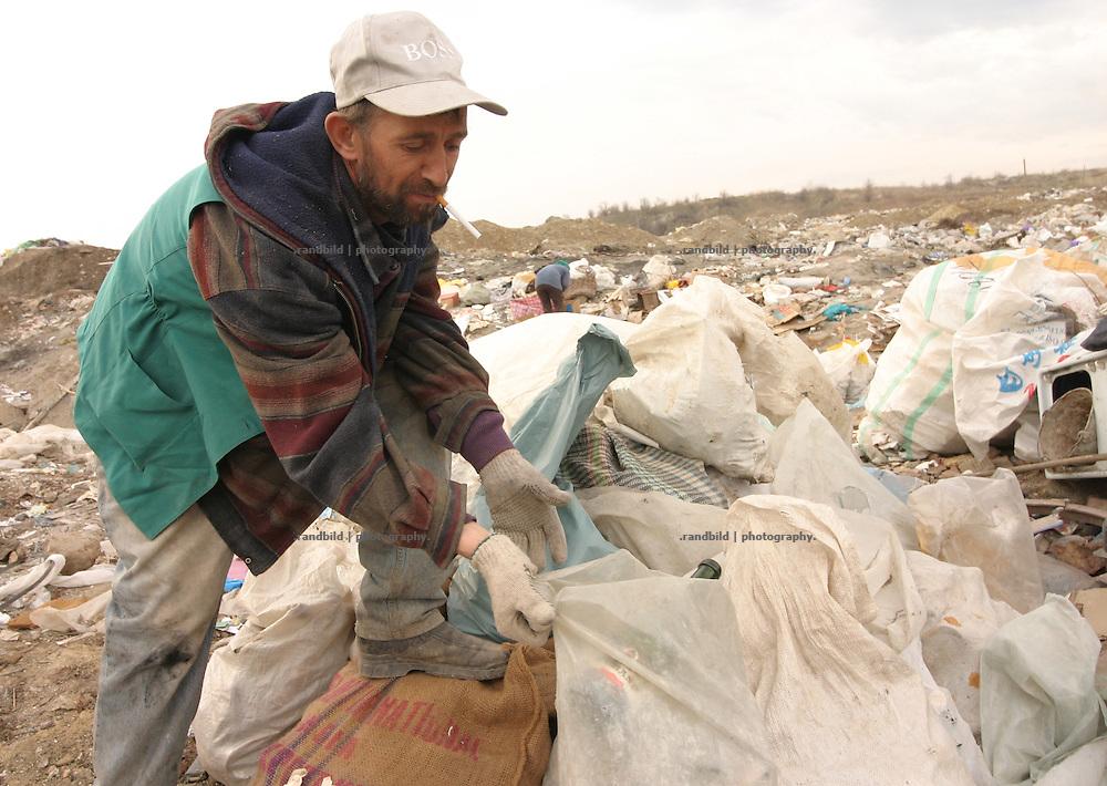 Ein armer Müllsammler auf einer illegalen Müllkippe am Stadtrand der moldauischen Hauptstadt Chisinau. / A poor waste collecter  illegal waste dump in the suburb of Chisinau, capital of Moldova.