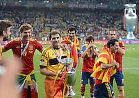 FUSSBALL  EUROPAMEISTERSCHAFT 2012   FINALE Spanien - Italien            01.07.2012 Fernando Llorente, Torwart Iker Casillas und Xavi Hernandez (re, alle Spanien) mit dem EM Pokal in klein in der Hand und in gross im Hintergrund