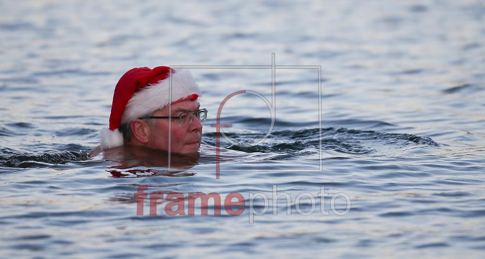 *BRAZIL ONLY* ATENÇÃO EDITOR, IMAGEM EMBARGADA PARA VEÍCULOS DE FORA DO PAÍS* wenn22036547 Londres, Inglaterra - 25/12/2014- Integrantes do clube de natação Serpentine participam da comemoração anual de Natal no lago do Hyde Park, em Londres, Inglaterra, na manhã de hoje (25/12). Foto: Wenn/Frame