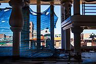 """Cholet en obras. Primero construyen el edicficio, poco a poco van haciendo la decoración, primero en """"blanco"""" y después invitan a los mejores artistas bolivianos a pintar y decorar las paredes, columnas, ventanas, etc."""