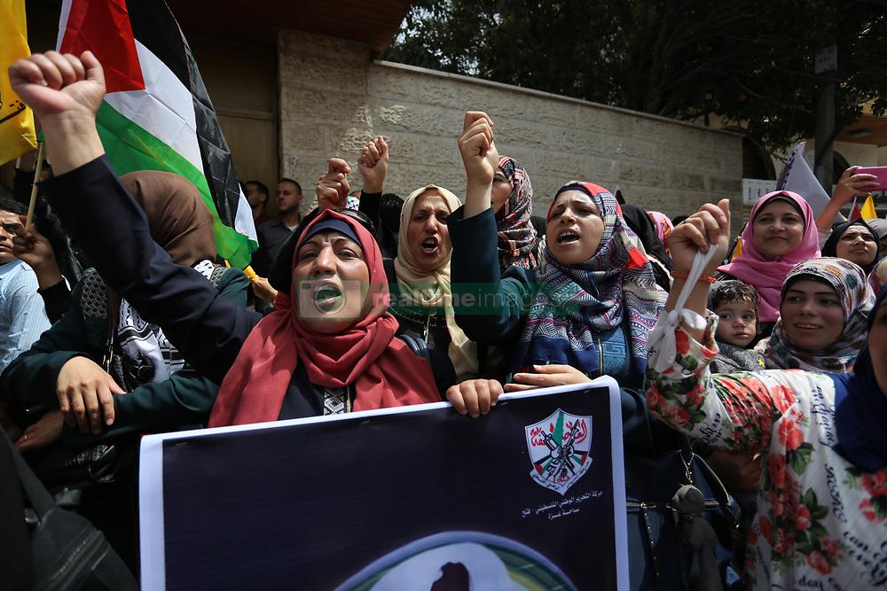 April 17, 2018 - Gaza City, Gaza Strip - Palestinians take part in a demonstration in support of Palestinian prisoners held in Israeli jails, in Gaza City. (Credit Image: © Ashraf Amra/APA Images via ZUMA Wire)