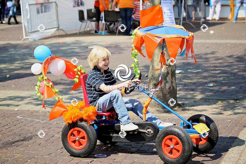 KERKDRIEL - Op het Monseigneur Zwijsenplein is het een drukte alom. Met vele attracties en activiteiten voor de jongeren. FOTO LEVIN DEN BOER - PERSFOTO.NU