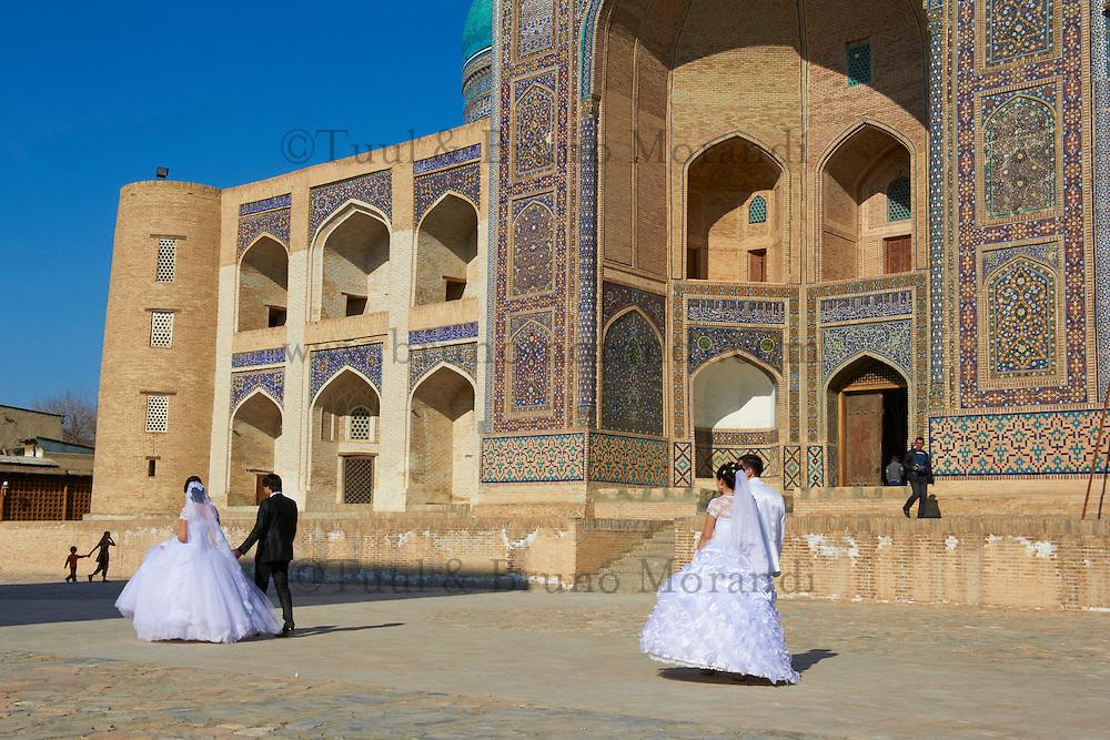 Ouzbekistan, Boukhara, patrimoine mondial de l Unesco, mariage devant la Medersa Mir I Arab // Uzbekistan, Bukhara, Unesco world heritage, wedding in front of Mir I Arab madrasah