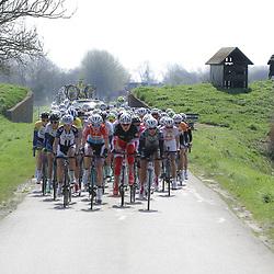 UITHUIZEN wielrennen, De vierde etappe van de Energiewachttour 2014 werd verreden rond Uithuizen. Peloton denderde door het Groningse land