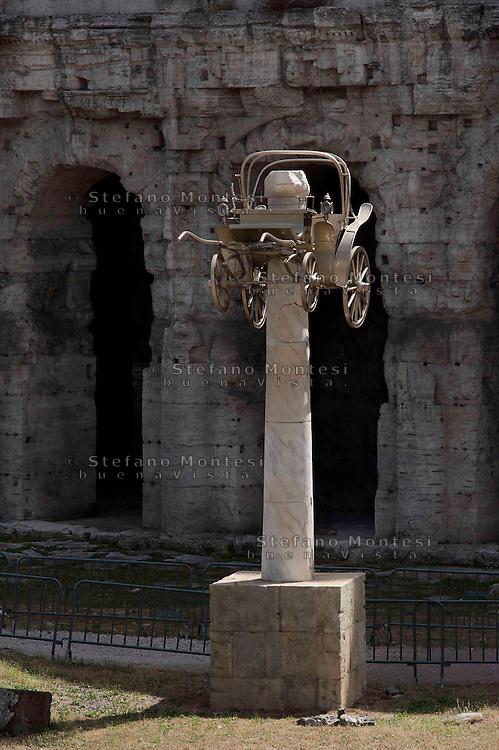 Roma 20 Giugno 2010.Arte contemporanea : la 'Carrozza', opera dell' artista americano Aaron Young, al Teatro Marcello. La carrozza &egrave; dipinta d'oro e posta su una colonna finta in resina.<br /> Rome June 20,2010. Contemporary art: the 'Coach', by artist 's American Aaron Young, Teatro Marcello.The carriage is painted gold and put on a fake column resin.<br /> http://en.wikipedia.org/wiki/Aaron_Young