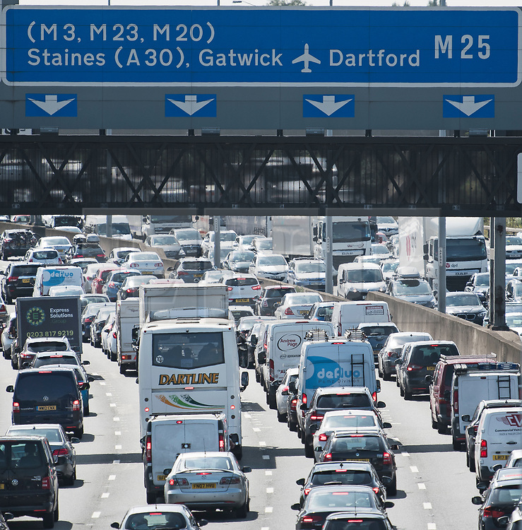 © Licensed to London News Pictures. 25/08/2017. London, UK. Long Queues of Traffic build up on the M25 southbound near Heathrow Airport, as the August bank holiday begins. Road and rail services are being affected by maintenance work this weekend - one of the busiest in the year. Photo credit: Ben Cawthra/LNP