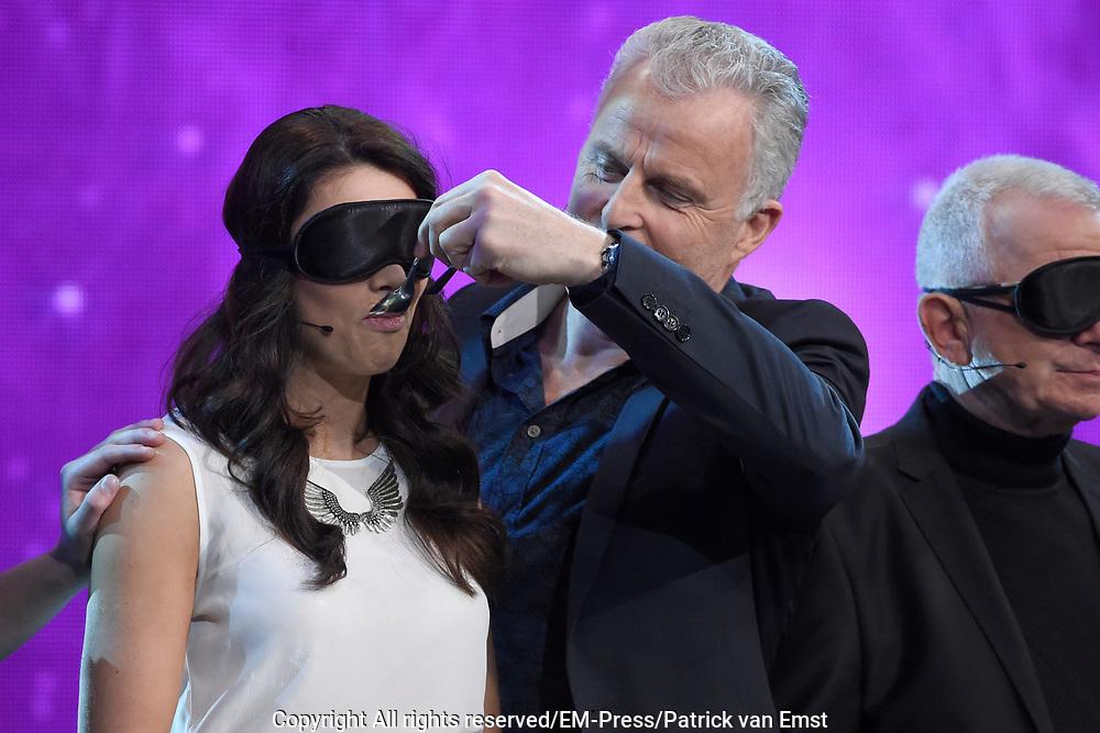 Eerste liveshow van MindMasters, een zoektocht naar de beste mindmaster van Nederland  in Studio Aalsmeer.<br /> <br /> Op de foto:  Lisa Michels en Peter R de Vries
