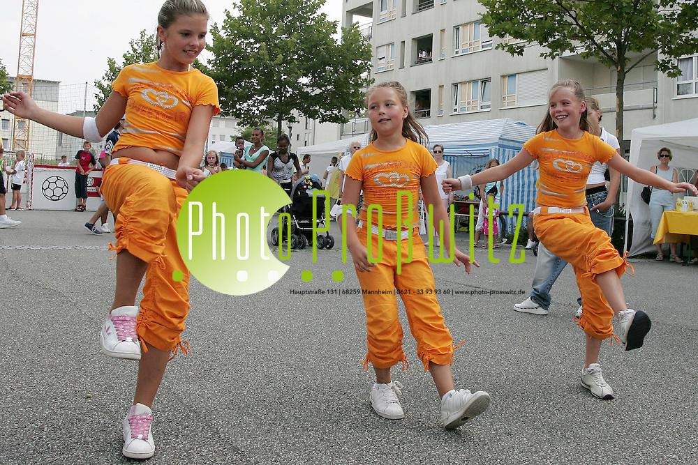 Mannheim. Rott. Der Stadtteil Rott feiert sein Sport und Spielfest. Das Jugendhaus / Jugendtreff Rott und weitere Vereine pr&auml;sentieren sich. Kinder und Jugendliche spielen den Tag &uuml;ber.<br /> Tanzgrppe Jugendtreff<br /> Bild: Markus Pro&szlig;witz<br /> ++++ Archivbilder und weitere Motive finden Sie auch in unserem OnlineArchiv. www.masterpress.org ++++