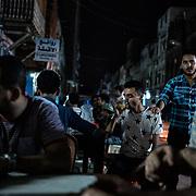 Une personne boit son thé dans le plus vieux salon de thé d'Aden, le 14 juin 2017 à Shira, le quartier de la ville situé dans le cratère. Les commerces réouvrent peu à peu dans la ville, après été fermés ou détruits pendant la guerre.