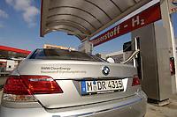14 MAR 2006, BERLIN/GERMANY:<br /> Betankung eines BMW der 7er Reihe mit Wasserstoff, an  einer Wasserstoff Tankstelle der Tankstllenkette Total, Heerstrasse<br /> IMAGE: 20060314-01-045<br /> KEYWORDS: Alternative Kraftstoffe, Auto, Wagen, KFZ, tanken, Tank