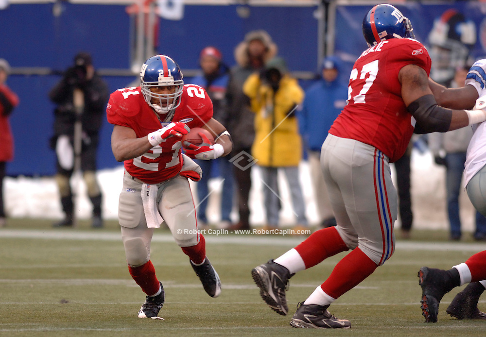 Giants' Tiki Barber cuts downfield during the second half of the New York Giants vs Dallas Cowboys match-up at Giants Stadium, Sunday, December 4, 2005.  (Robert Caplin for The New York Times).....